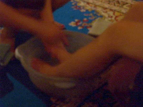 022第一天時間雖然已經很晚了,吃飽喝足後,一定要按摩一下滴....(按腳前專人洗腳中)...PS.我的帶有朦朧,應該看起來比菊姐那張舒服點吧...哈哈.JPG