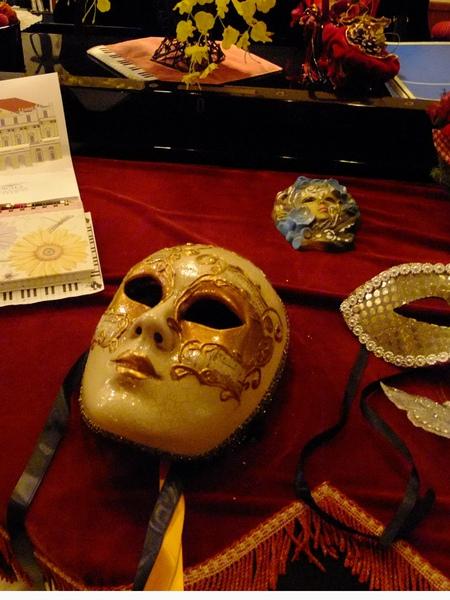 0761-鋼琴上的面具.JPG