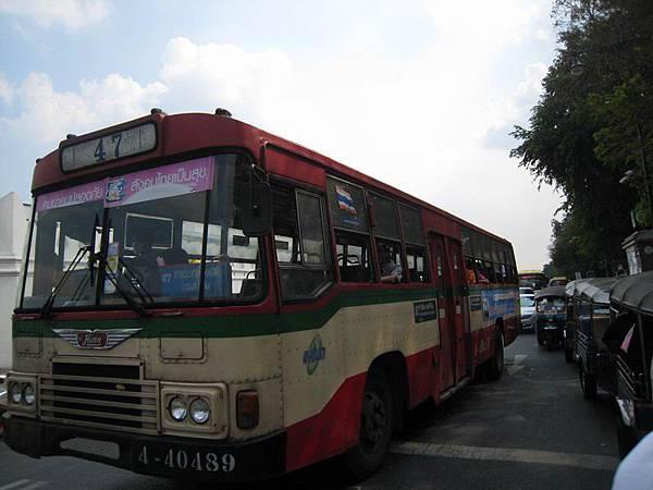077沒有冷氣的公車...讓我回想到小時候的台北公車.JPG
