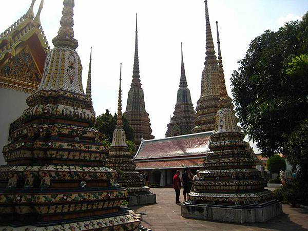 066泰國寺廟隨處可見的佛塔,裡頭收藏高僧或貴族的舍利子.JPG