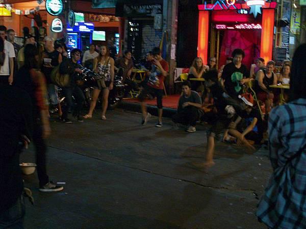 018夜晚的考山路(Khao San Rd)是個不夜城...有人在跳街舞,..街上都是來自各國的背包客..JPG