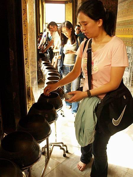 062雖然觀光客很多,但大家都很安靜專心的丟錢祈福,感覺很神聖平靜....JPG
