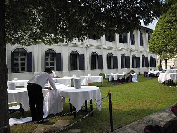079由於這陣子適逢泰皇生日,今晚看來有一場戶外宴席..皇宮草坪上的服務生正在準備中....JPG