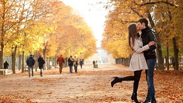 情侶擁抱在秋季巴黎-768x1366