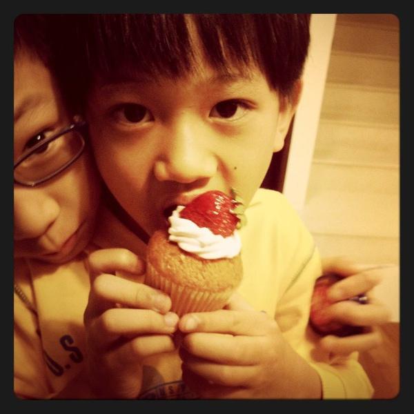 20110217奕吃杯子蛋糕.jpg