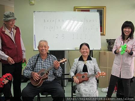 教師呂旭華帶領20名「烏克麗麗」小吉他樂器班學員教導老人
