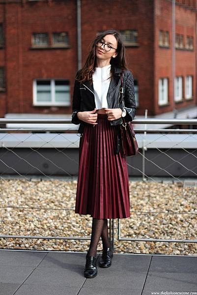 black-biker-lether-jacket-burgundy-pleated-skirt-zara-brogues.jpg