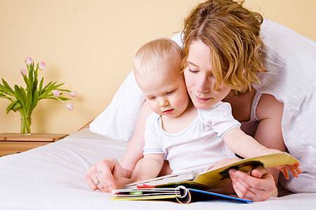 baby-mom-reading (1)