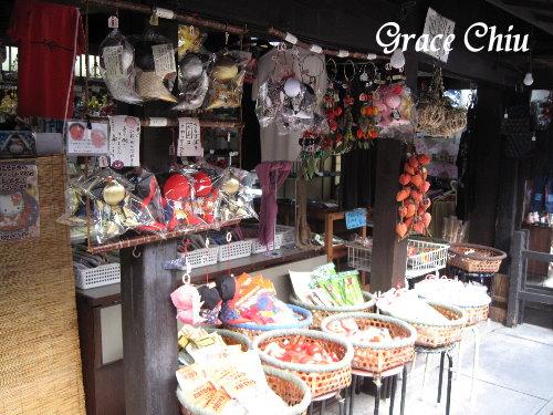 很多賣飛驒娃娃的店家