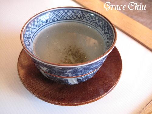 梅子茶有夠鹹,裡頭有金箔