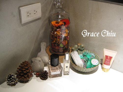 囍聚精緻鍋物~女用洗手間裡有貼心的備品.還放了JO MALONE (Pomegranate Noir Cologne)及 MARC JACOBS (HIBISC)香水