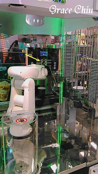 咖啡助理 機械手臂泡咖啡 全家科技概念店