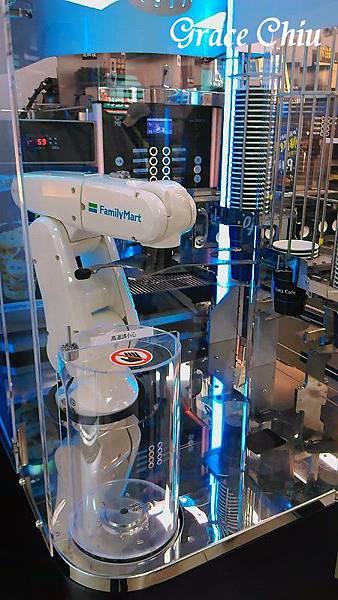 全家科技概念店 咖啡助理 機械手臂泡咖啡