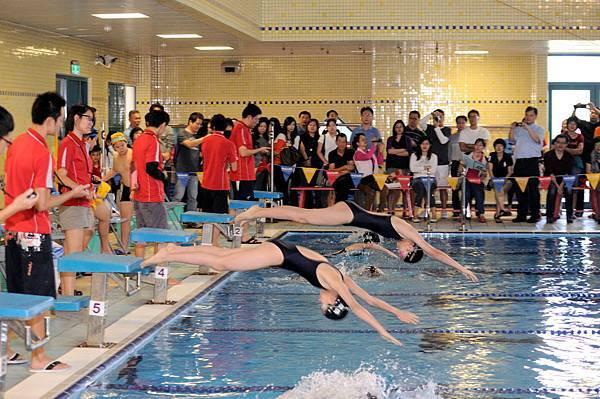 精彩的水上運動會比賽