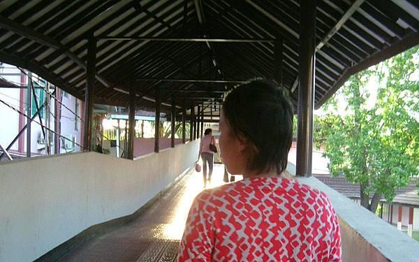 02舉步唯艱越過長廊,走向暫時的家-庇護家園.JPG