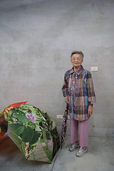 秀妹阿嬤又找到自己的雨傘了,很興奮的合影!