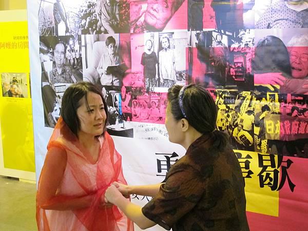開幕記者會中請來擬爾劇團表演年輕與老年阿嬤的對話賺人熱淚