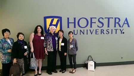  與「記住女性」研究協會的執行長(右3)和教育顧問(左3),以及東京支援團體成員(左1、2)共同合影