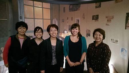 與安妮法蘭克教育中心館員合照。期待我們合作著手發展「安妮與台灣阿嬤對話」的計畫,讓二次世界大戰戰爭底下的女孩受害經驗進行跨國串聯,創造更多的討論空間。