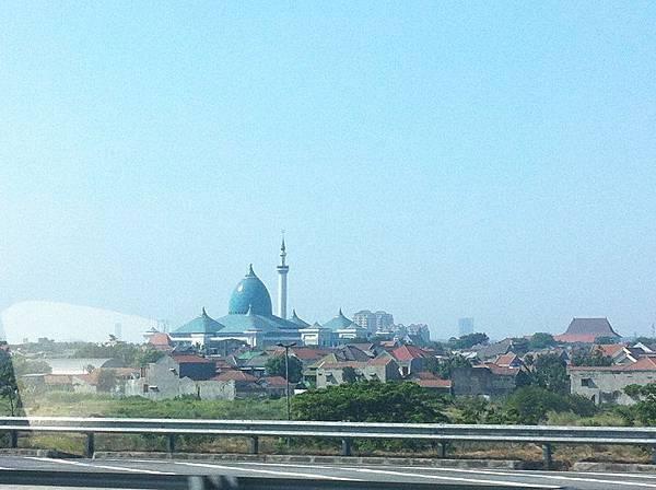【遊】印尼泗水★MASJID NASIONAL AL-AKBAR SURABAYA★泗水最大的清真寺,在高速公路上可以欣賞喔!