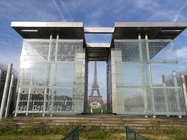 和平牆(Wall Of Peace)由玻璃築成的和平牆,上面用不同國家語言刻滿了和平兩字