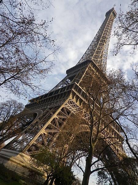 艾菲爾鐵塔(Tour Eiffel)是世界著名建築,也是法國象徵的鐵製鏤空塔