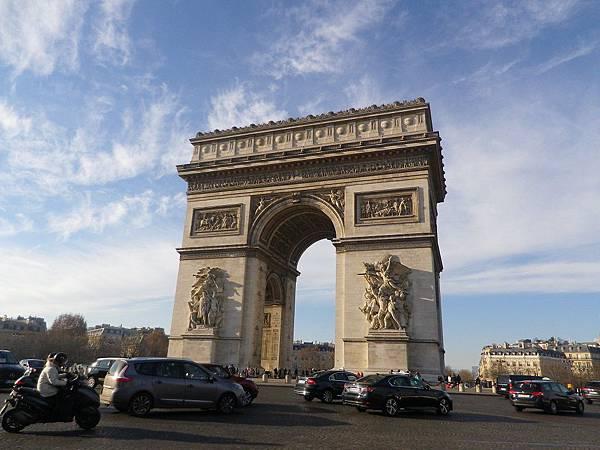 凱旋門(Arc de Triomphe),是拿破崙為了紀念1805年打敗俄奧聯軍的勝利,於1806年下令修建而成的