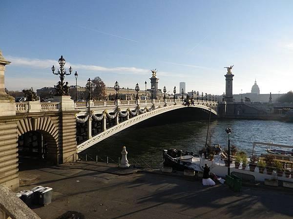 亞歷山大三世橋(Pont Alexandre III),是法國巴黎跨越塞納河的一座拱橋,連接右岸的香榭麗舍大街地區和左岸的榮軍院和艾菲爾鐵塔地區