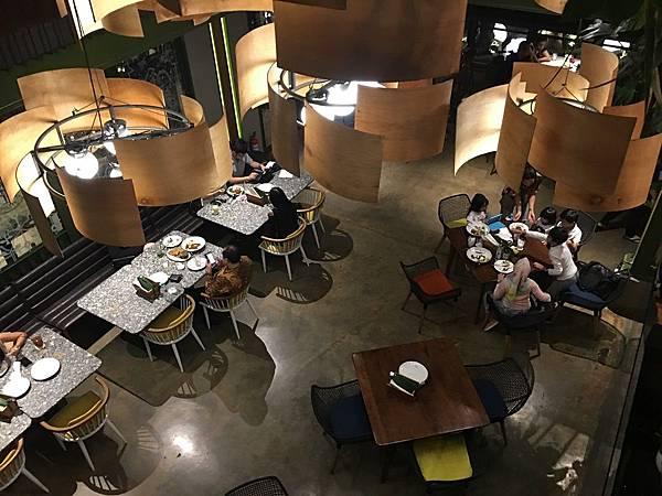 【食】印尼雅加達★Kayu Kayu Restaurant。特色炒飯。印尼慢煎餅★印尼傳統料理。空間寬敞適合聚會。有設計感。好拍照
