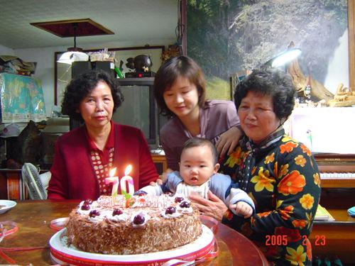 姨奶奶70歲生日...睿恆好認真的眼神喔...