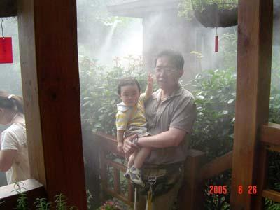 消暑用的灑水...好涼喔...霧霧的