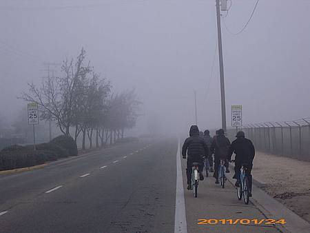 大家一起騎車在路上3.JPG