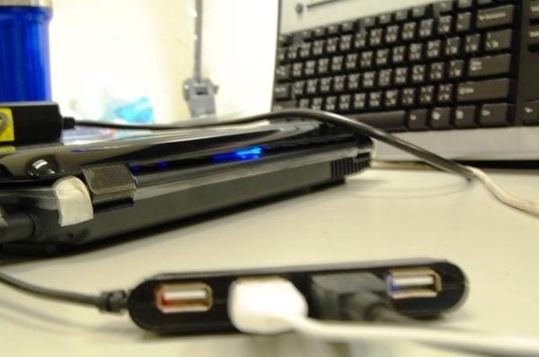 從後面看到電源藍色的燈(就是這種藍).jpg