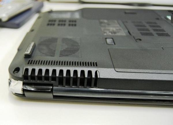 筆電倒置,原來下方還有散熱孔.jpg