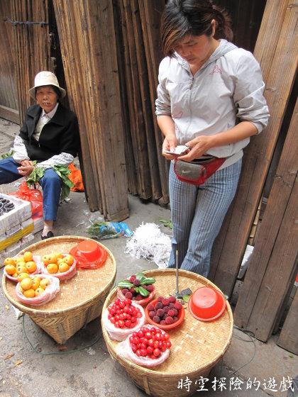 烏鎮:跟個大嬸買楊梅(一斤人民幣15元)
