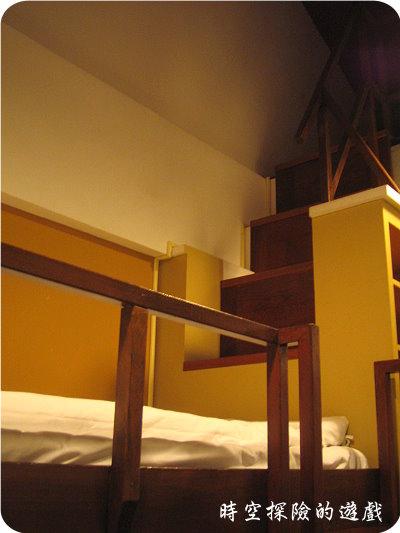 宜蘭福泰冬山厝:家庭套房上舖與通往小閤樓的樓梯