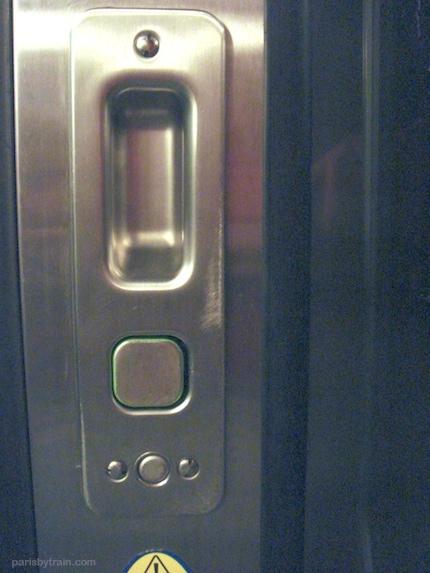 rer_train_door_button.jpg