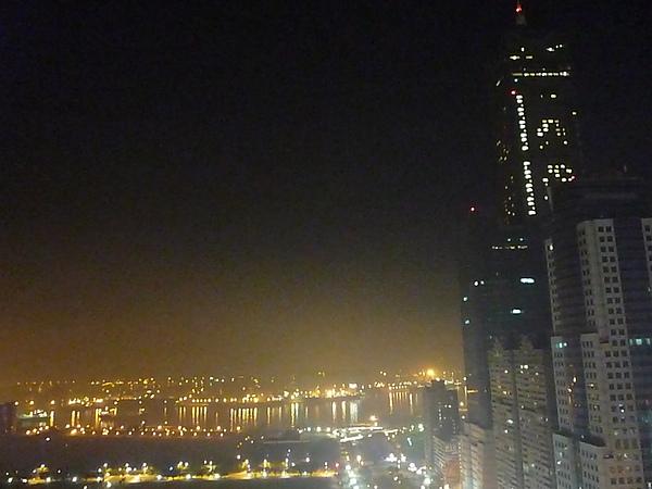 夜間的85大樓