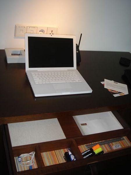 把雪姬擺出來看看,超愛書桌抽屜的格子設計