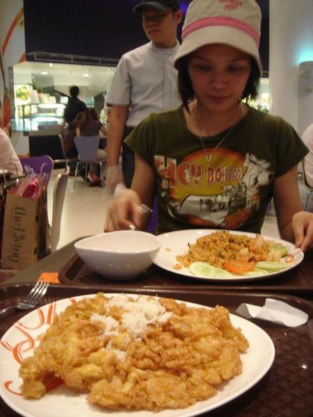 到曼谷的第一餐-Tum Yum炒飯+奇特的炸蛋酥