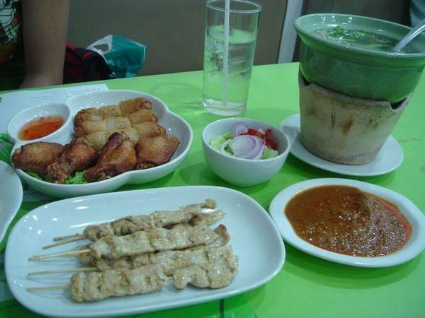 另外還點了炸雞翅、糯米春捲、沙嗲和一鍋湯