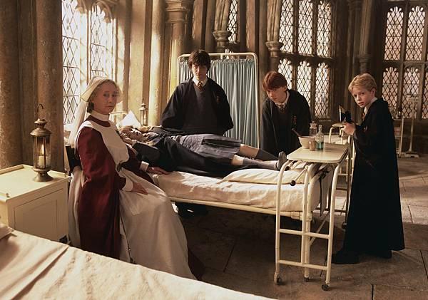 Hospital-harry-potter-world-2254959-2400-1681
