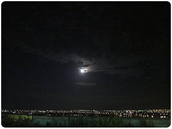 0716-43-頂樓的夜景,老鷹吃月亮.jpg