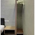 room-7-床旁邊簡易的衣櫥.jpg