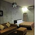room-13-房門看進去.jpg