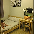 TOMER-1-床與梳妝台的位置.jpg