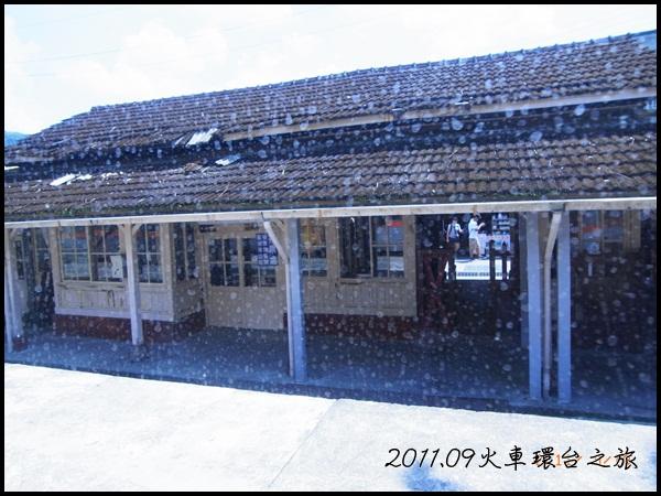 0910-33-火車車窗看菁桐站.jpg