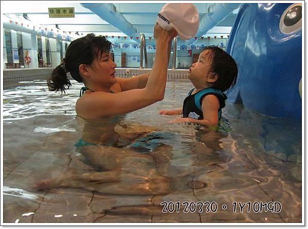 20120330-19-小綠豆想戴我的泳帽
