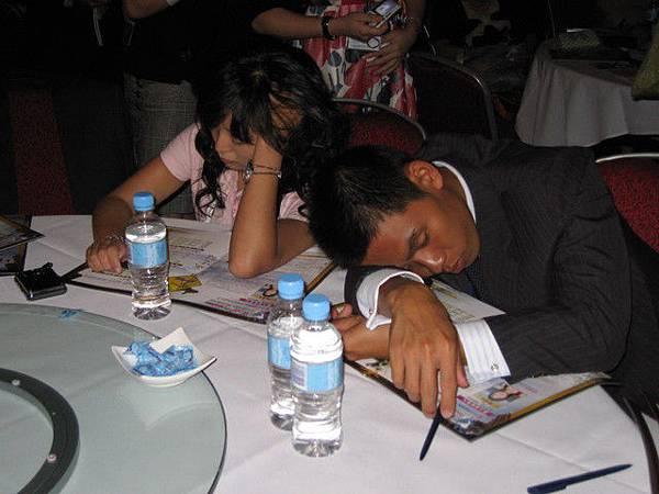 居然在這神聖的頒獎會議睡著?!