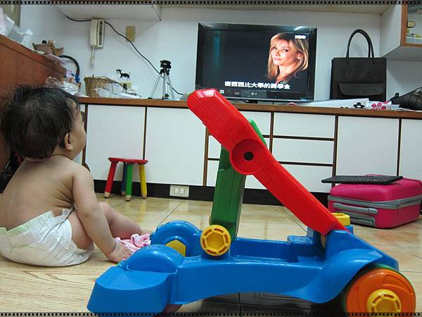 0427-3-第一次看電視看得這麼認真.JPG